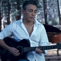 Shadmehr-Aghili---Rooze-Sard-(Unplugged)-video